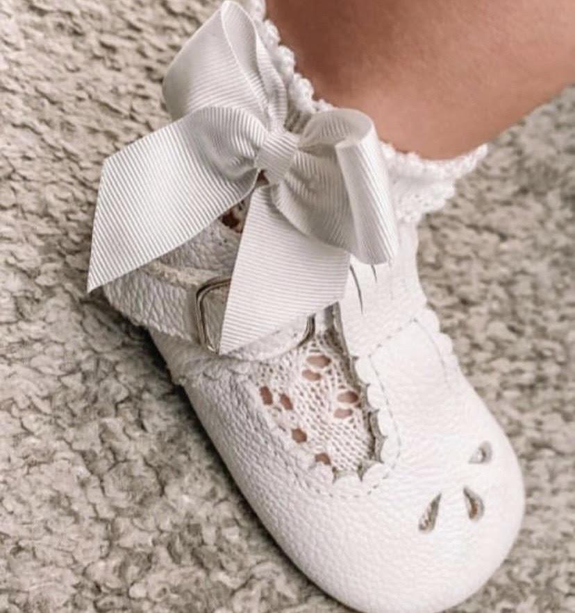 Háčkované ponožky na boku so saténovou mašľou Cóndor biele   Welcomebaby.sk
